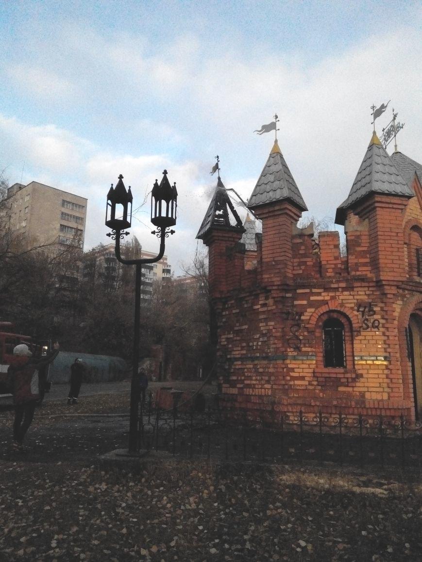 В Сумах школьники подпалили один из замков в парке «Сказка» (ФОТО+ВИДЕО), фото-1