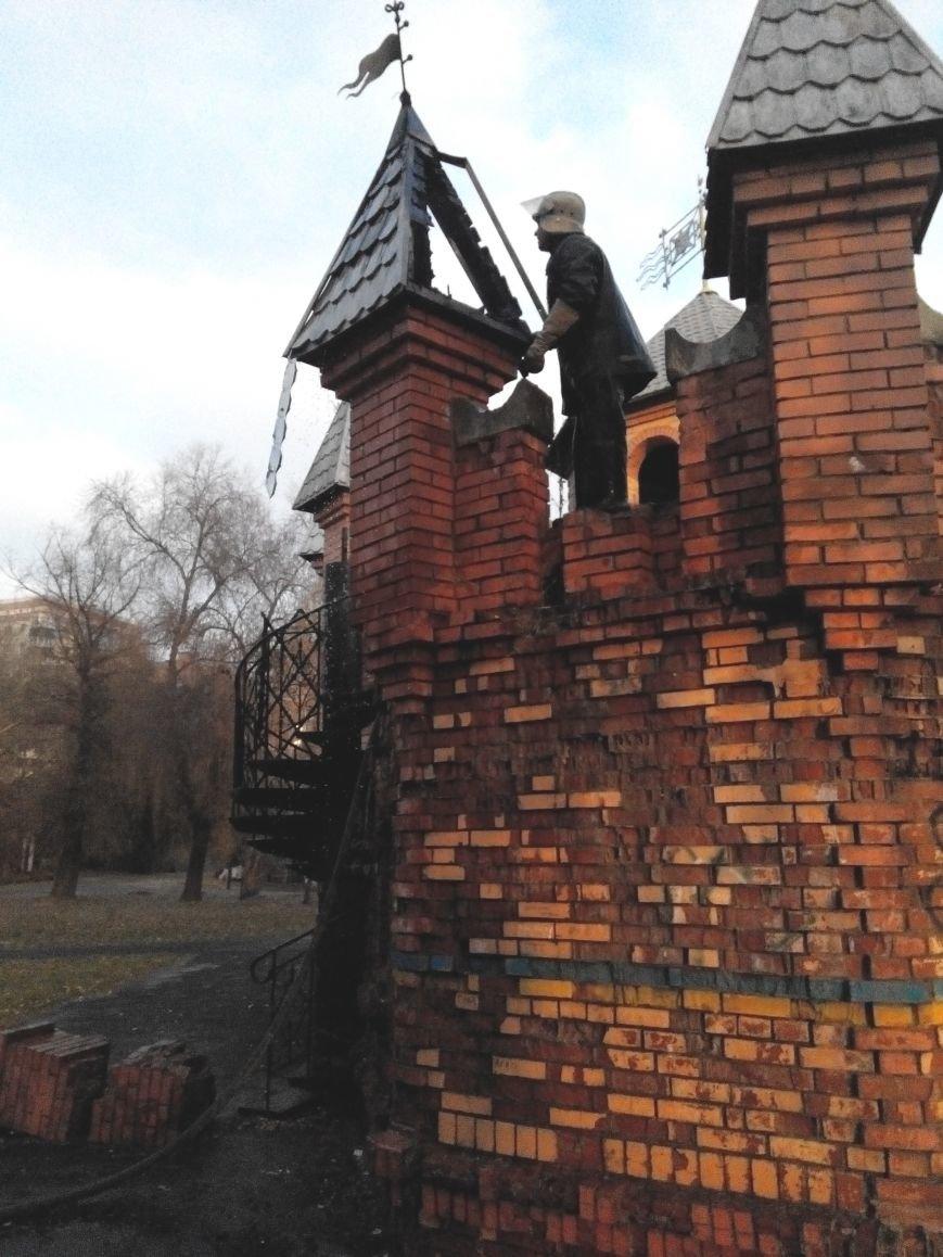 В Сумах школьники подпалили один из замков в парке «Сказка» (ФОТО+ВИДЕО), фото-2