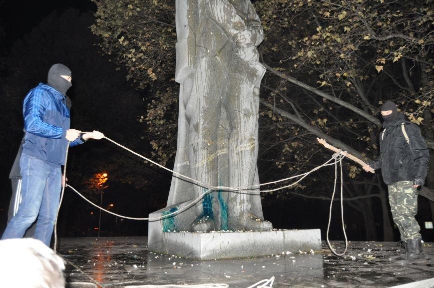 ФОТОРЕПОРТАЖ: Попытка повалить «Железного Феликса» в Запорожье «захлебнулась», фото-1