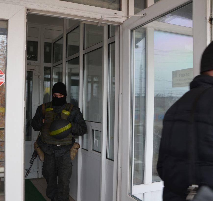 В Мариуполе вооруженные люди окружили здание «Мариупольтеплосети» (ФОТО+Дополняется), фото-7