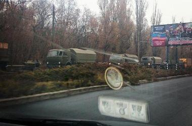 На въезде в Донецк замечена очередная колонна военных грузовиков с гаубицами, фото-1