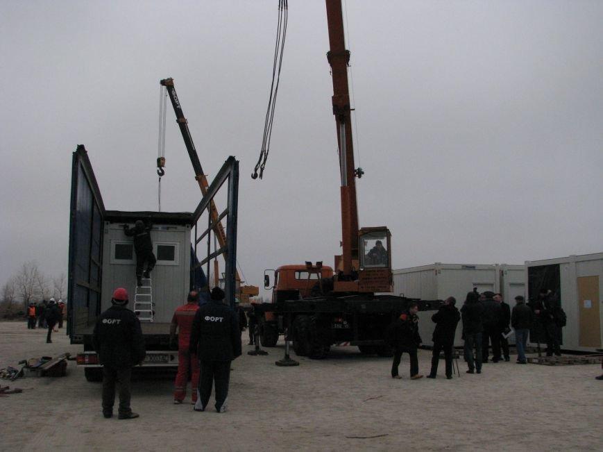 ФОТОРЕПОРТАЖ: в Запорожье начали монтаж городка для беженцев, фото-1