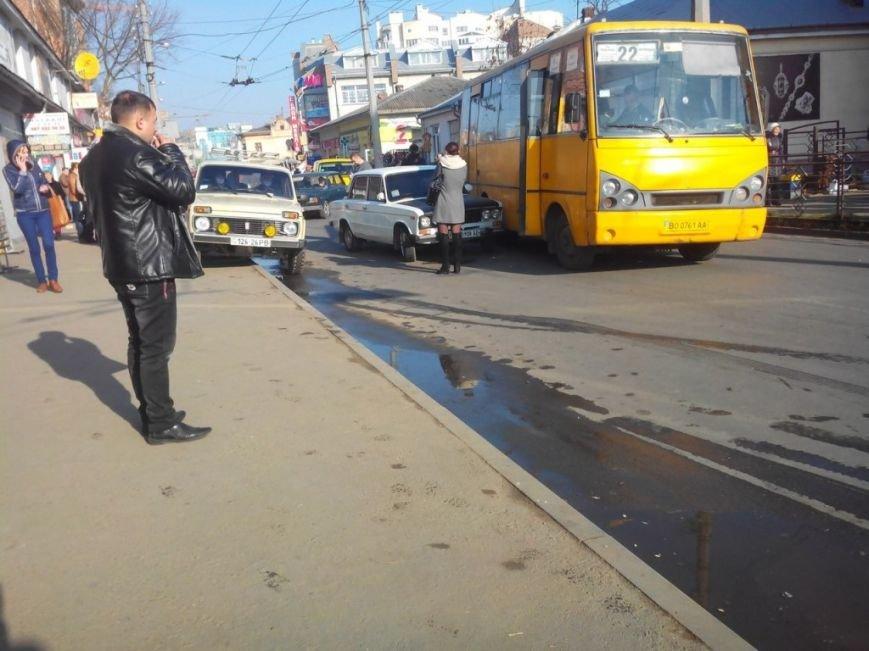 У Тернополі біля ринку зіткнулися маршрутка і легківка (фото), фото-2