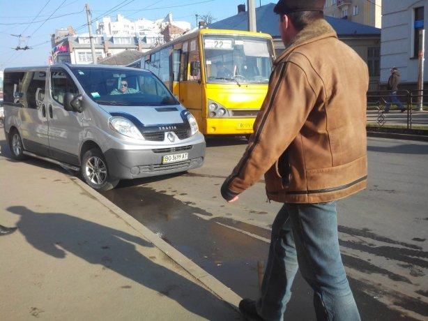 У Тернополі біля ринку зіткнулися маршрутка і легківка (фото), фото-1