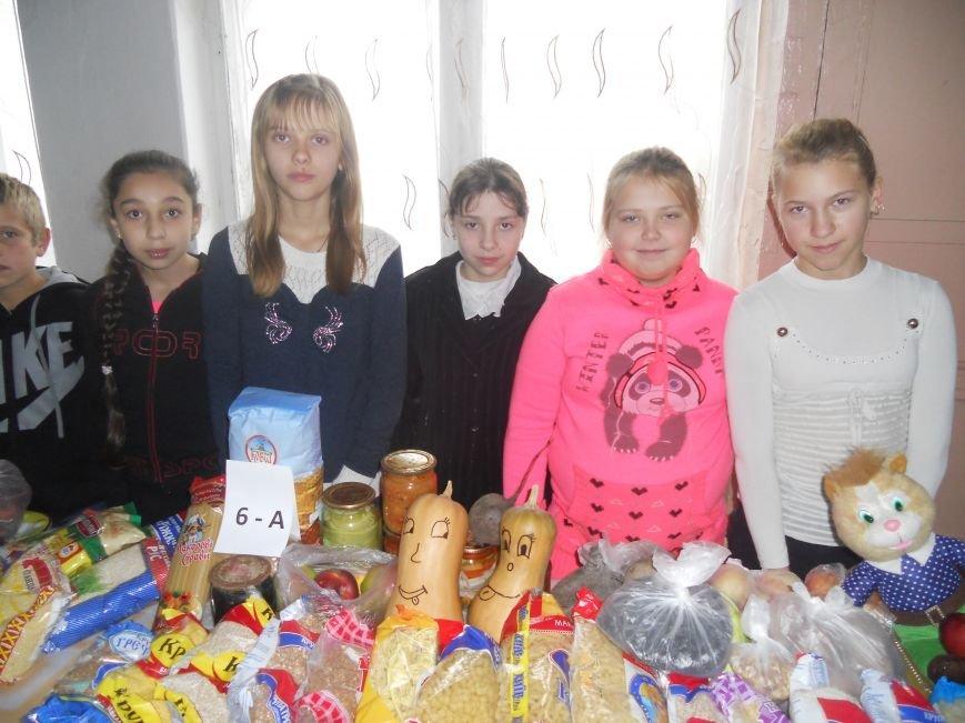 Школьники Красноармейска собрали гуманитарную помощь для вынужденных переселенцев и детей-сирот, фото-1
