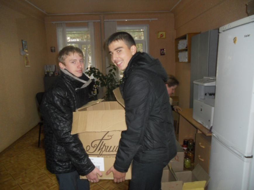 Школьники Красноармейска собрали гуманитарную помощь для вынужденных переселенцев и детей-сирот, фото-6