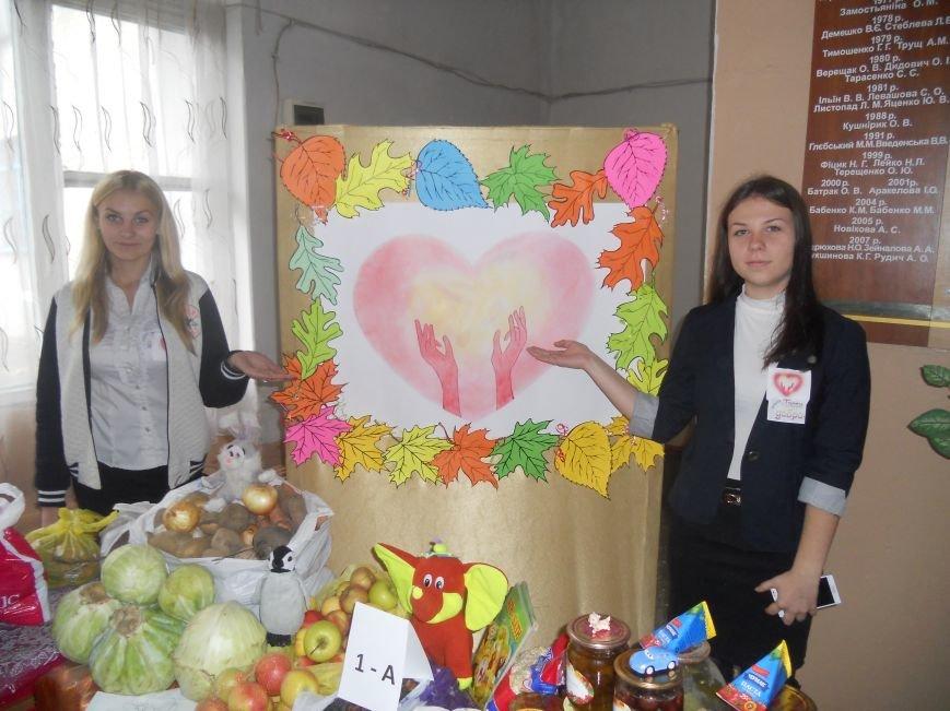 Школьники Красноармейска собрали гуманитарную помощь для вынужденных переселенцев и детей-сирот, фото-2