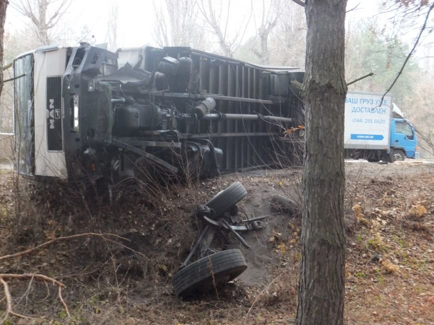 В Кировограде грузовик снес электроопору и перевернулся (фото), фото-5