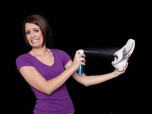 Используйте спреи для борьбы с плохим запахом обуви