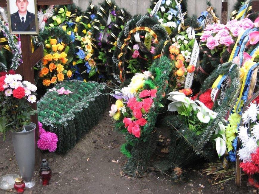 В Сумах на Центральном кладбище осквернили могилы погибших в АТО (ФОТО), фото-4