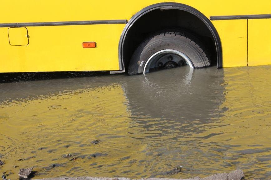 ЧП в Кривом Роге: маршрутка с пассажирами на полном ходу провалилась в яму на центральной улице (ФОТО), фото-5