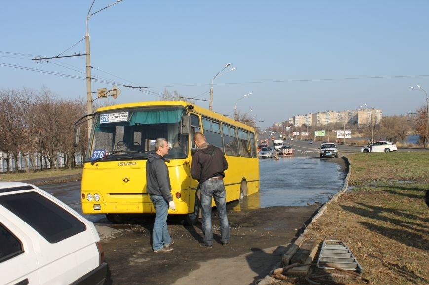ЧП в Кривом Роге: маршрутка с пассажирами на полном ходу провалилась в яму на центральной улице (ФОТО), фото-6
