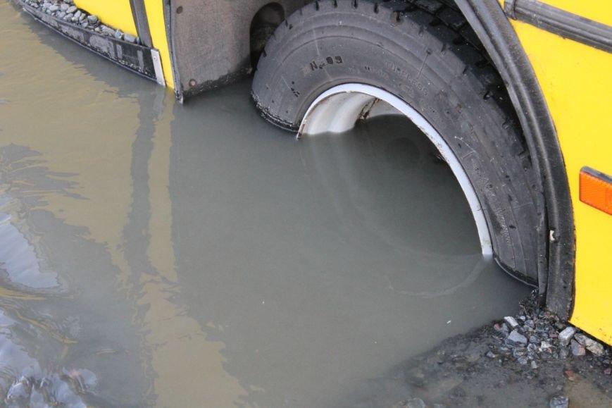 ЧП в Кривом Роге: маршрутка с пассажирами на полном ходу провалилась в яму на центральной улице (ФОТО), фото-10