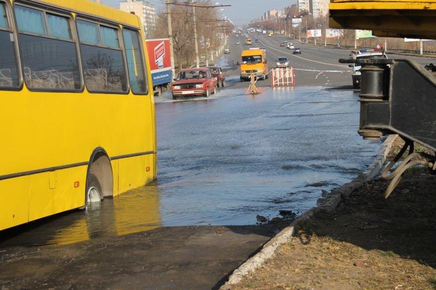ЧП в Кривом Роге: маршрутка с пассажирами на полном ходу провалилась в яму на центральной улице (ФОТО), фото-7