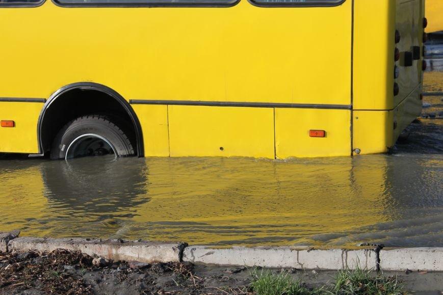 ЧП в Кривом Роге: маршрутка с пассажирами на полном ходу провалилась в яму на центральной улице (ФОТО), фото-3