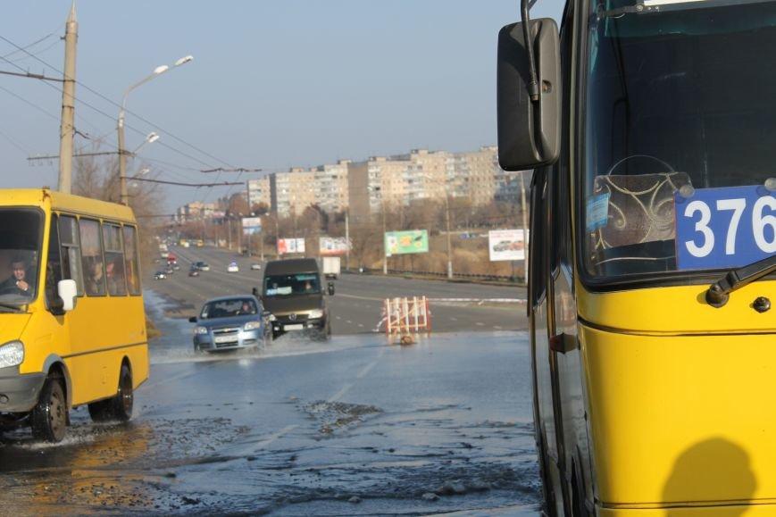 ЧП в Кривом Роге: маршрутка с пассажирами на полном ходу провалилась в яму на центральной улице (ФОТО), фото-8