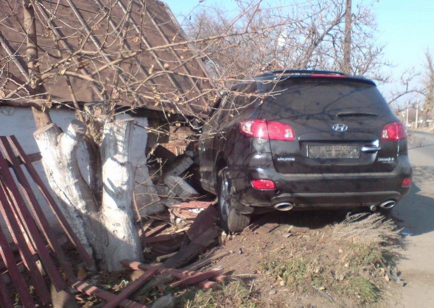 ДТП в Кривом Роге: внедорожник разбил «ВАЗ» и влетел в частный дом (ФОТО), фото-2