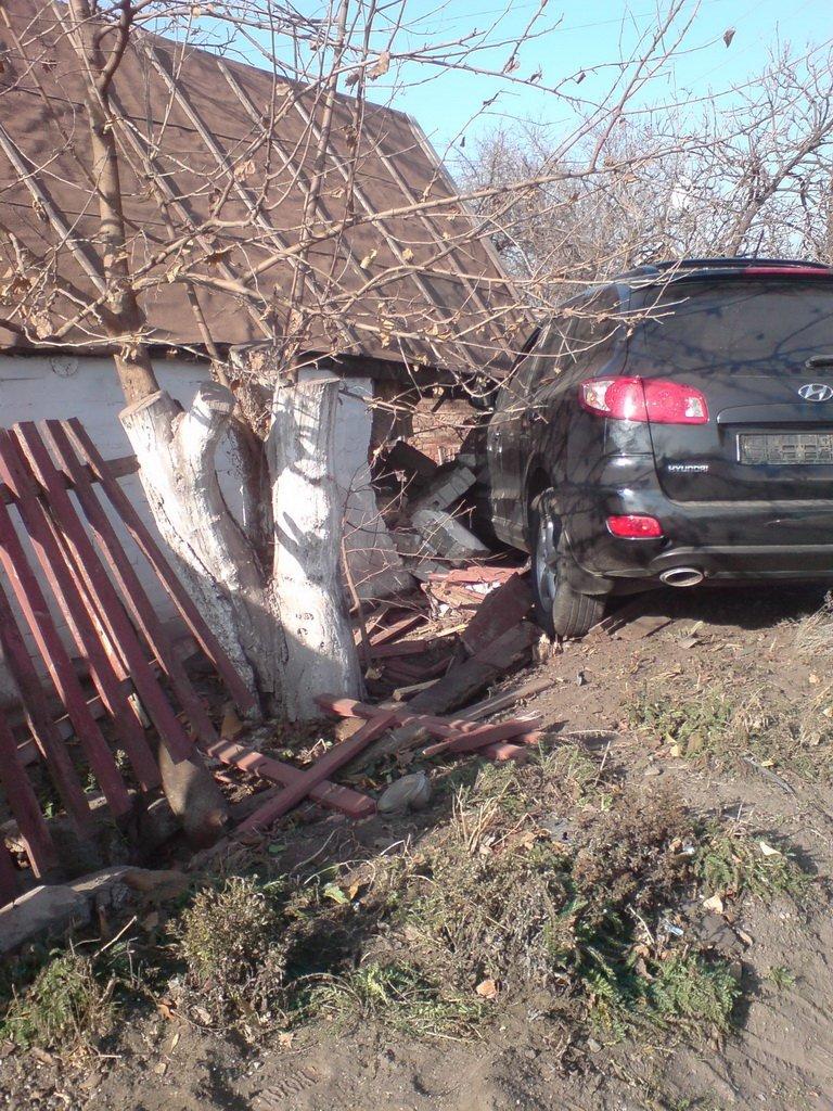ДТП в Кривом Роге: внедорожник разбил «ВАЗ» и влетел в частный дом (ФОТО), фото-4