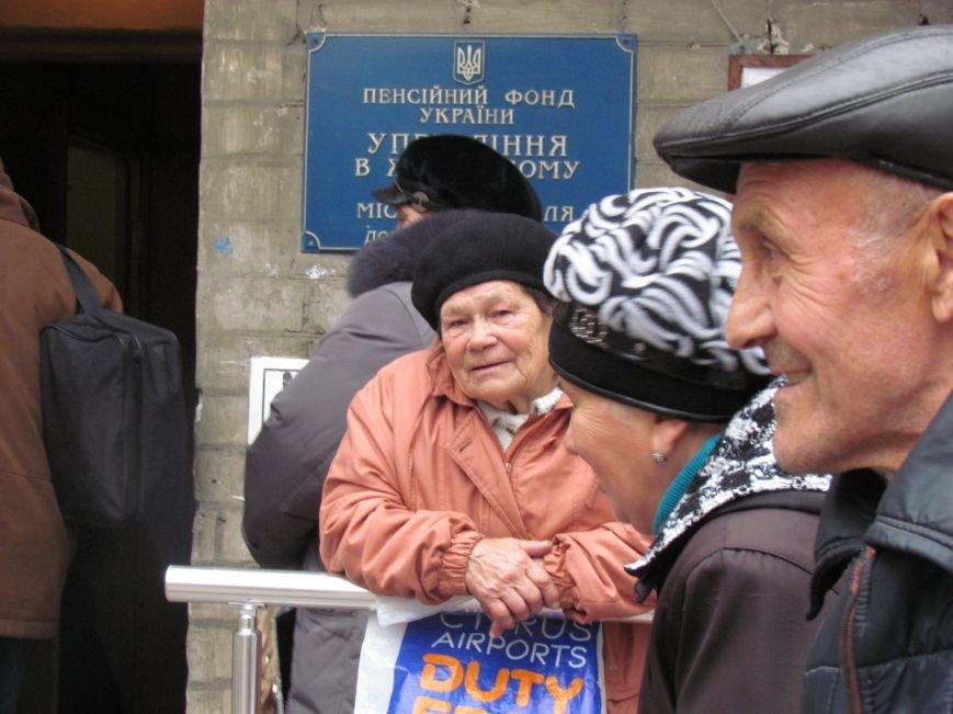 Пенсионеры из оккупированных территорий едут в Мариуполь за пенсиями (ФОТО), фото-4