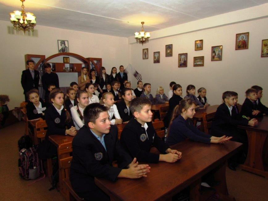 В Мариуполе ученики одной из школ одели, обули и накормили маленьких беженцев (ФОТО), фото-7