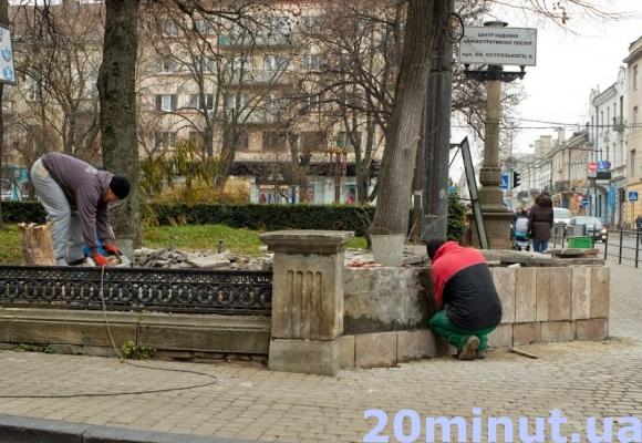 У центрі Тернополя ремонтують опорну стінку, зруйновану під час ДТП, фото-1