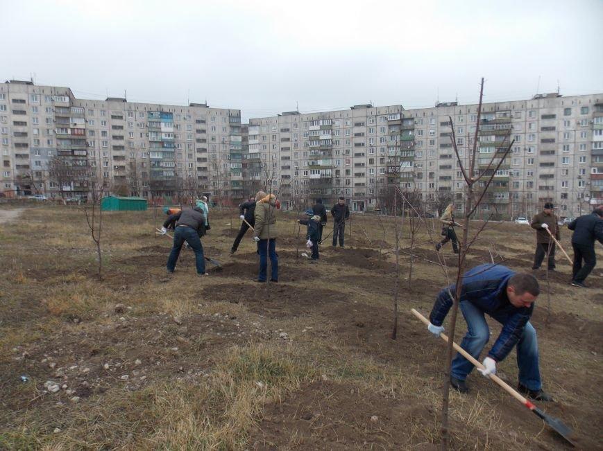 В Мариуполе городской голова принял участие в субботнике и посадил клены (ФОТОРЕПОРТАЖ), фото-8