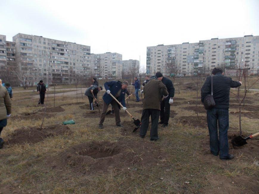 В Мариуполе городской голова принял участие в субботнике и посадил клены (ФОТОРЕПОРТАЖ), фото-9