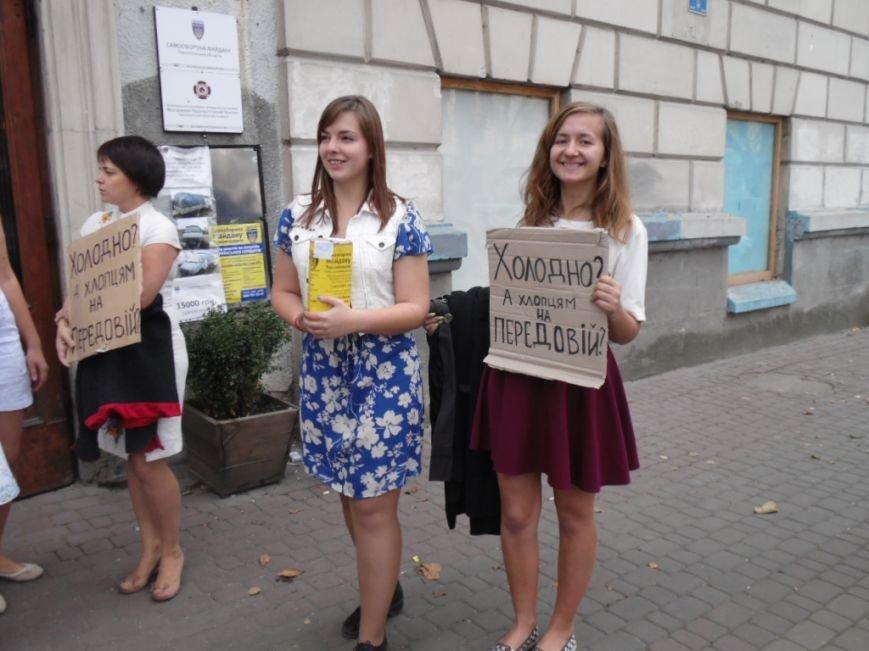 У Тернополі дівчата у літніх сукнях зібрали 13 791 гривню на теплий одяг для бійців АТО, фото-1