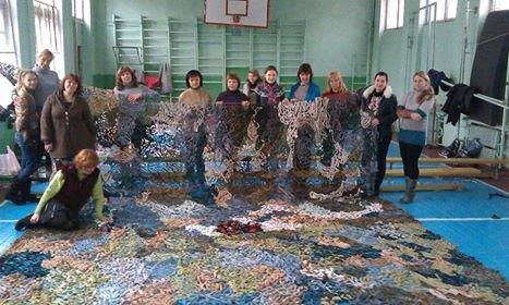 Женская сотня города Днепродзержинск изготовила свою первую маскировочную сеть для украинской армии, фото-1