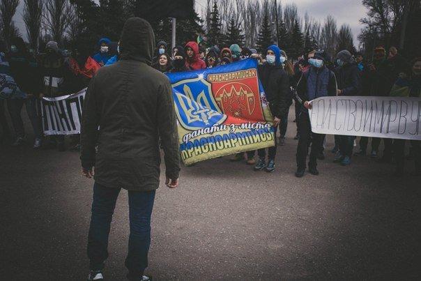 Молодежь Красноармейска прошла по городу «Маршем патриотов», спела песню про Путина и собрала деньги для раненых бойцов АТО, фото-5