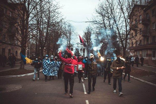 Молодежь Красноармейска прошла по городу «Маршем патриотов», спела песню про Путина и собрала деньги для раненых бойцов АТО, фото-1