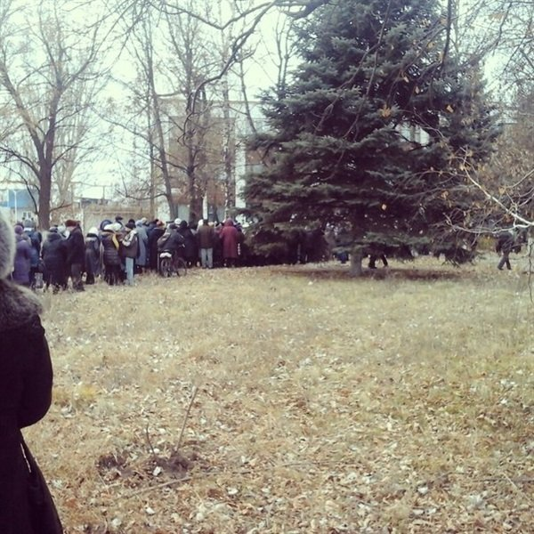 В Горловке пенсионеры выстроились в многотысячные очереди за пенсионными талонами (ФОТО), фото-1