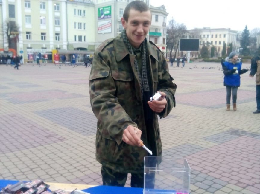 В центрі Тернополя роздавали цукерки людям, які відмовлялись від цигарок (фото), фото-2