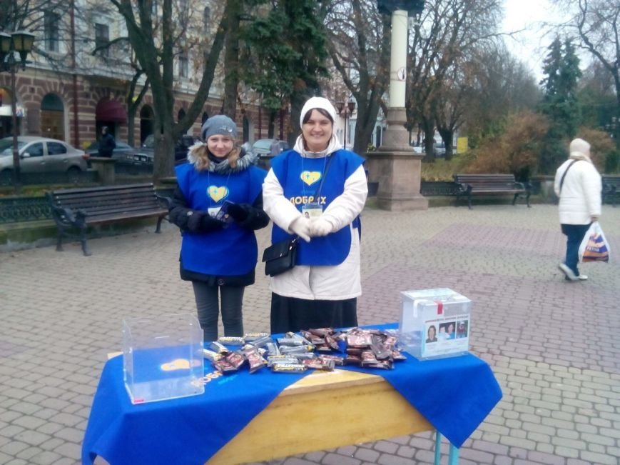 В центрі Тернополя роздавали цукерки людям, які відмовлялись від цигарок (фото), фото-1