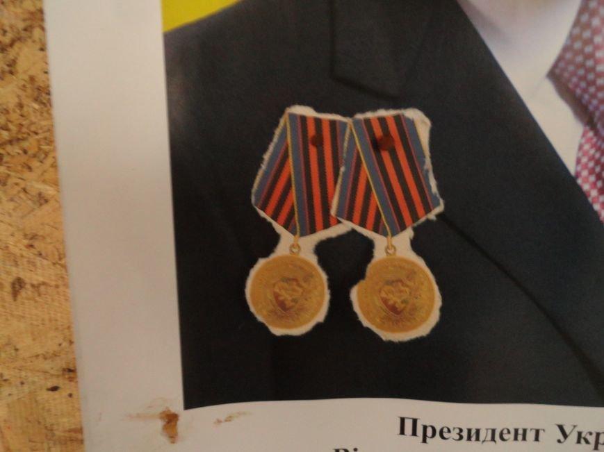 В сгоревшем здании Мариупольского горсовета появился Янукович (ФОТОФАКТ), фото-2