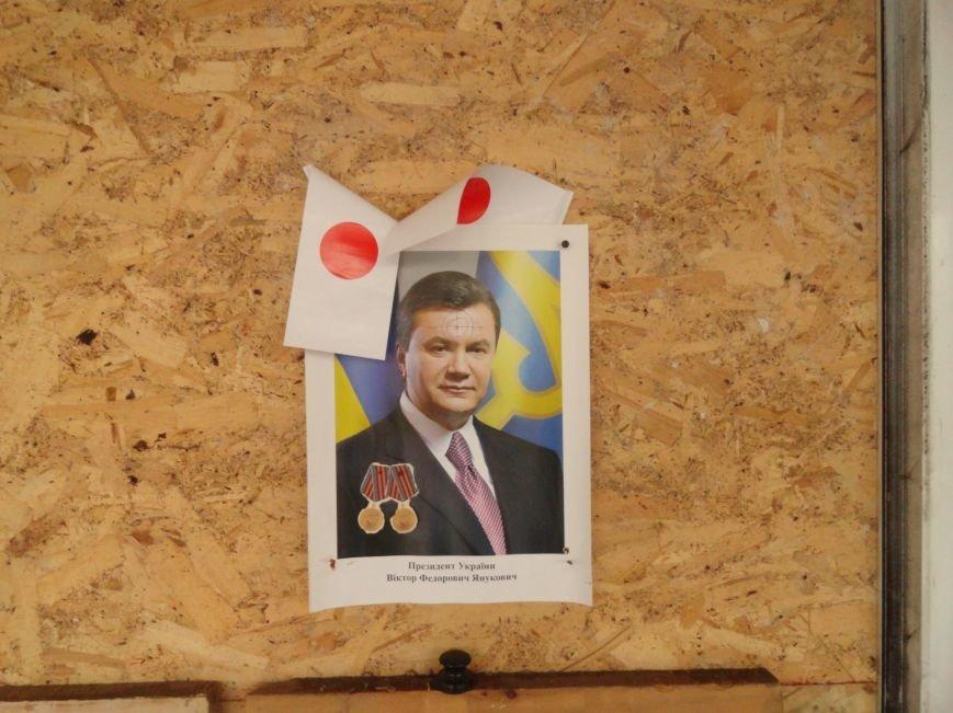 В сгоревшем здании Мариупольского горсовета появился Янукович (ФОТОФАКТ), фото-1