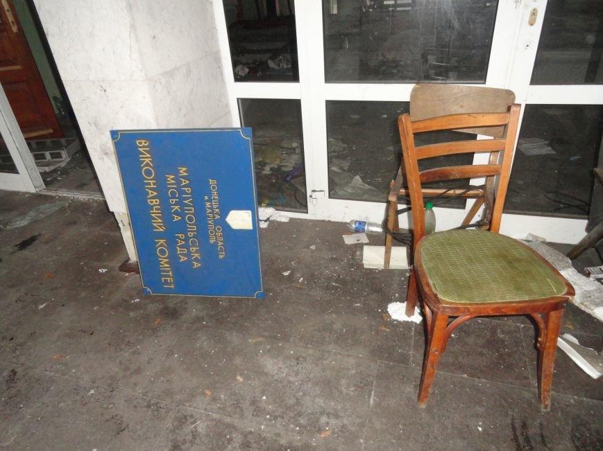 В сгоревшем здании Мариупольского горсовета появился Янукович (ФОТОФАКТ), фото-5