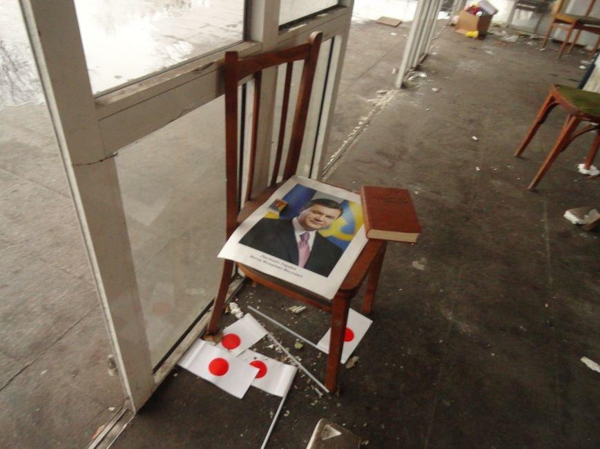 В сгоревшем здании Мариупольского горсовета появился Янукович (ФОТОФАКТ), фото-4