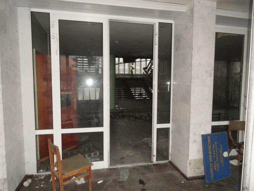 В сгоревшем здании Мариупольского горсовета появился Янукович (ФОТОФАКТ), фото-6