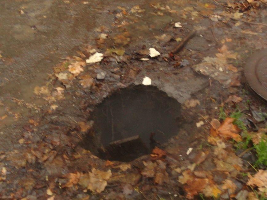 В Жовтневом районе Мариуполя у прохожего из-под ног ушла земля (ФОТОФАКТ), фото-3