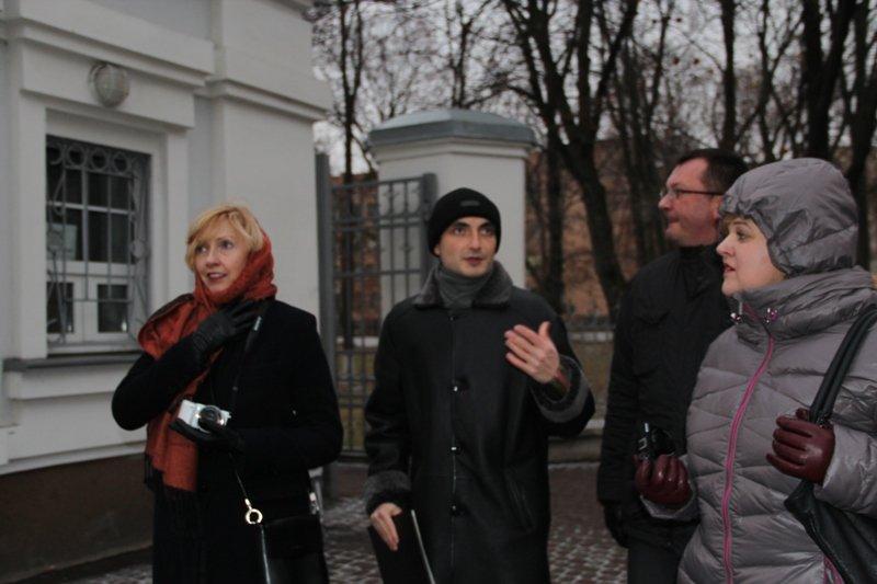 Артур Ароян проводить екскурсію іноземним гостям