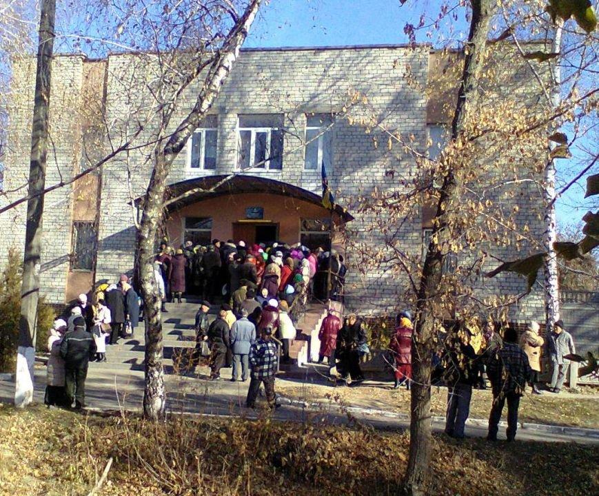 Канівчани «штурмують» будівлю суду (фото), фото-1