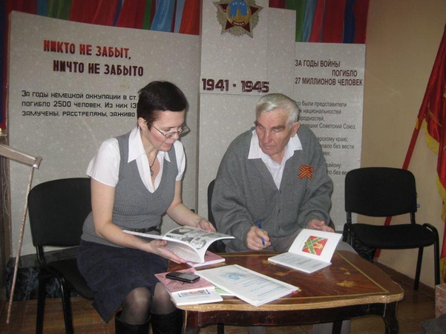Николай Васильнвич подписывает свои издания в дар Лабинскому музею и районной библиотеки