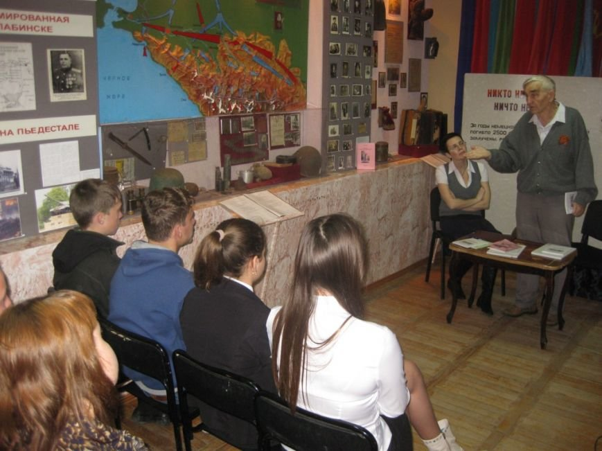 Харин Н.В. в Лабинском музее на встрече с творческой молодежью  СШ 5