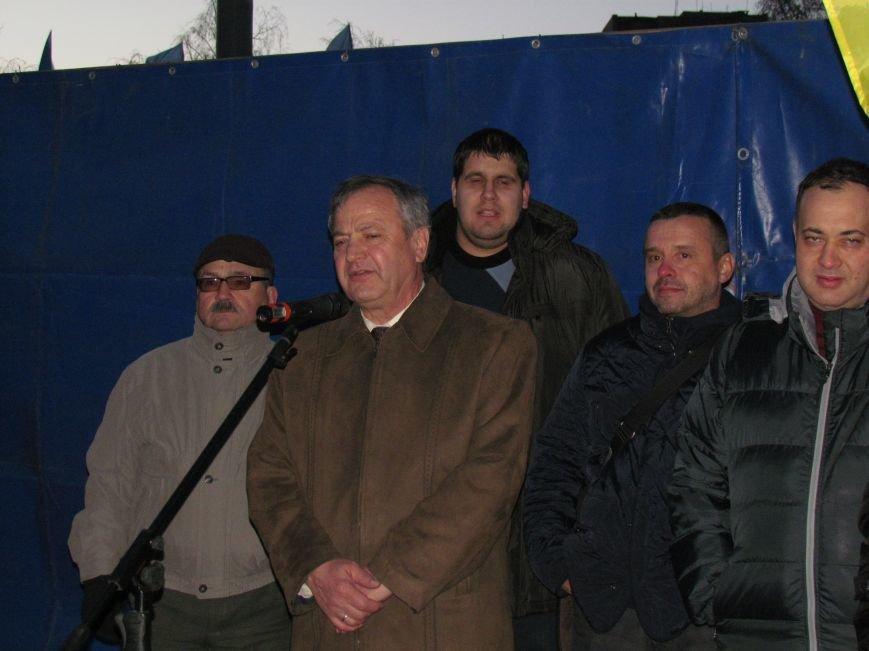В Мариуполе на площади павшего Ленина зажгли герб Украины (ФОТОРЕПОРТАЖ+ВИДЕО), фото-29