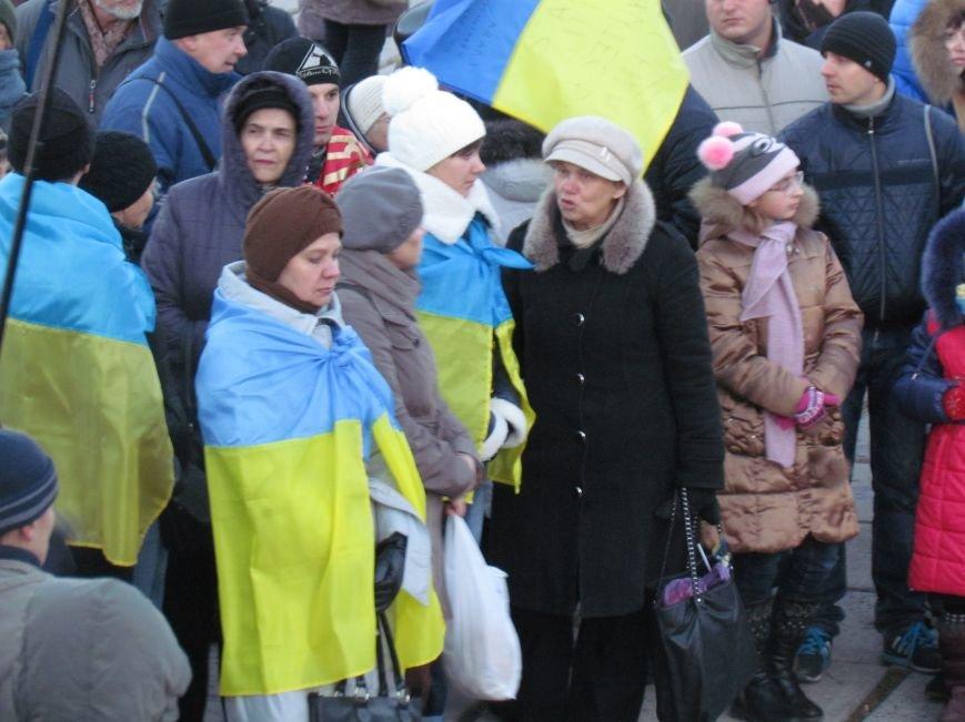 В Мариуполе на площади павшего Ленина зажгли герб Украины (ФОТОРЕПОРТАЖ+ВИДЕО), фото-21