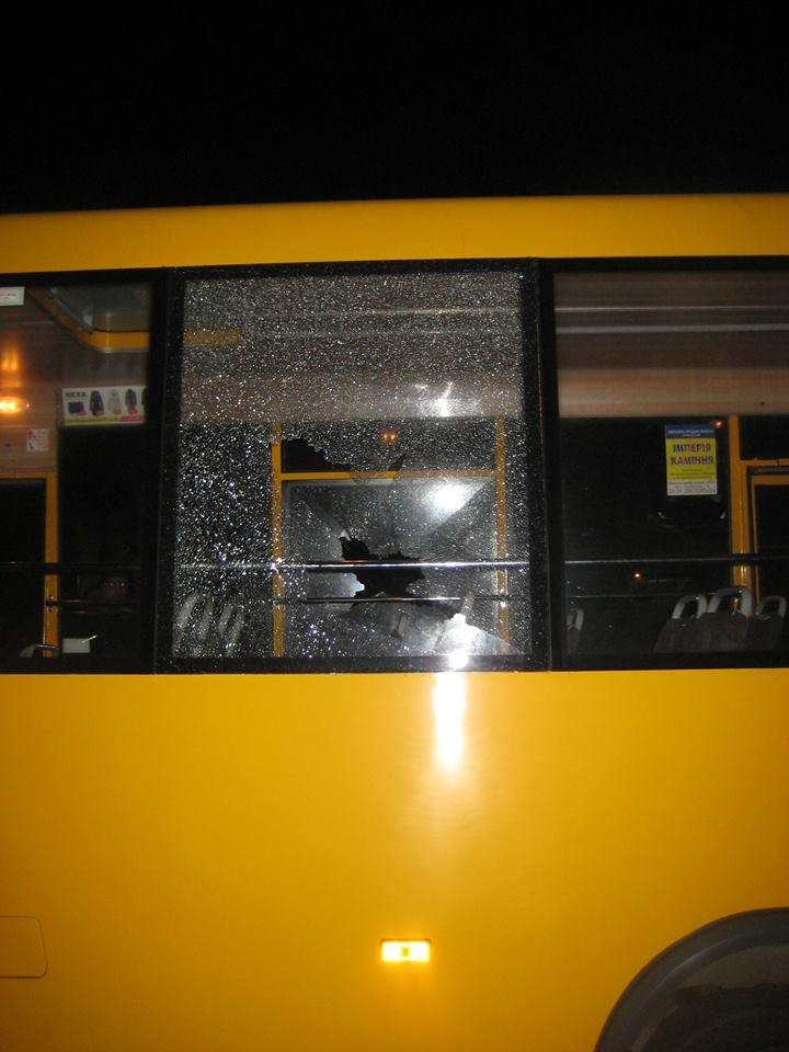 В Сумах неизвестные «стреляли» по маршрутке? Разбито два стекла, фото-2