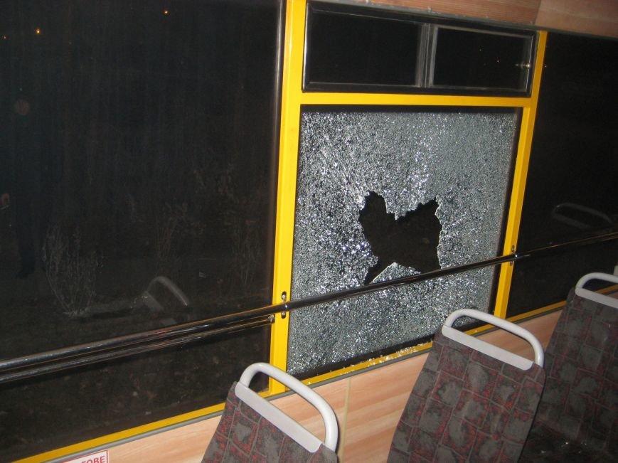 В Сумах неизвестные «стреляли» по маршрутке? Разбито два стекла, фото-1