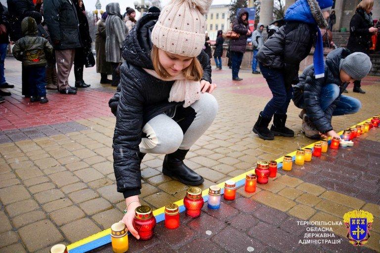 У Тернополі із свічок виклали вогненний хрест у пам'ять жертв Голодоморів, фото-4