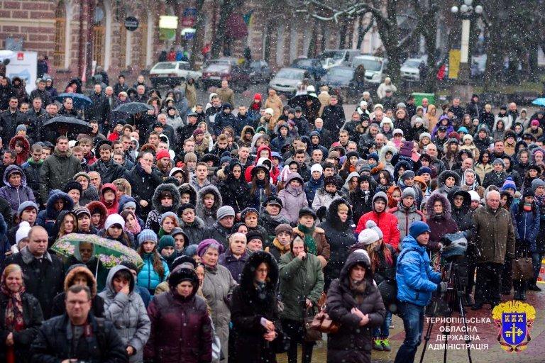У Тернополі із свічок виклали вогненний хрест у пам'ять жертв Голодоморів, фото-1